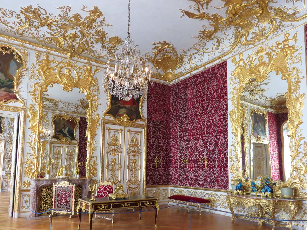 9. Red room